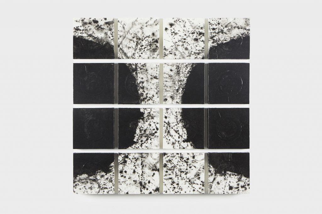 Acrylique, encre de Chine, papier de riz et crépi sur bois, 86 x 86 x 6,5cm