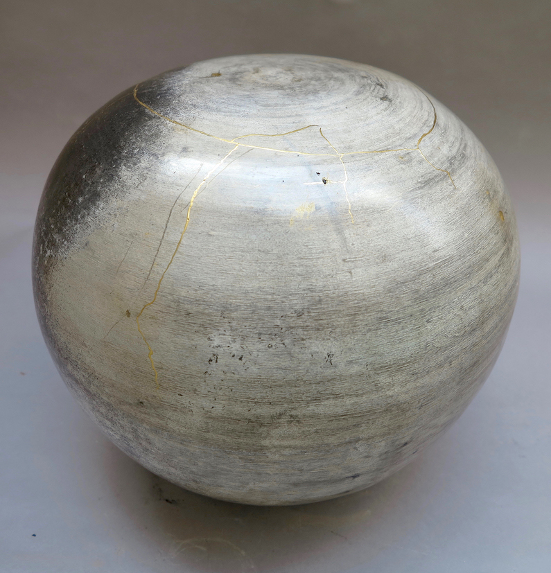 KS 141, grès tourné, poli, enfumé, ciré et retravaillé à la laque végétale japonaise et à l'or pur, poreux et non utilitaire, 30 x 35 cm