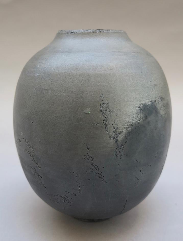 Graminée, 2018, Grès tourné, poli, enfumé, ciré poreux et non utilitaire 38 x 25 cm